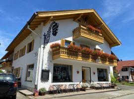 Gästehaus u Ferienwohnungen Veronika incl Frühstücksbuffet und KönigsCard, hotel in zona Castello di Linderhof, Unterammergau