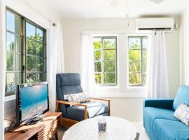CAYSTAY COTTAGE WITH BEAUTIFUL OCEAN VIEW, hotel in Bodden Town