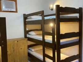 Bicho Preguiça Hostel, hotel perto de Praia de Trindade, Trindade