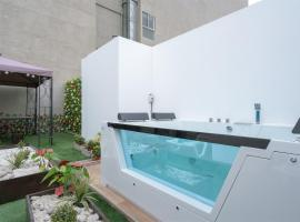 Exclusive Penthouse with Private Rooftop Jacuzzi by Simply Comfort, spa hotel in Lima