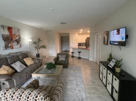 Brand New Luxury Villa 3 Bed Room Home Near Walt Disney Sleeps 6, holiday home in Kissimmee