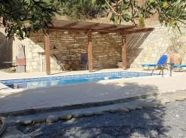Villa with private pool and very quiet setting away from it all with sea view, hotel with pools in Heraklio Town