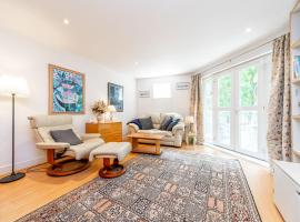 Pass the Keys Delightful Apartment close to river in SE16, hotel in London