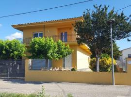 Acogedora y amplia casa en pueblo tranquilo., hotel a prop de Aeroport de Girona-Costa Brava - GRO,