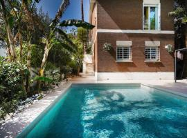 Luxury House with Pool, hotel with jacuzzis in Castelldefels