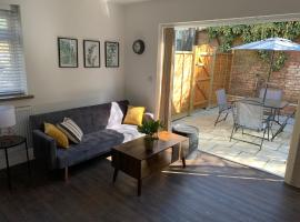 Entire apartment with outside terrace & Jacuzzi, apartment in Watford