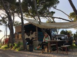 Vintage Camper Ibiza, hotel in Es Cana