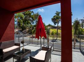 Cute Studio With Large Balcony and Great Park View, inn in San Diego