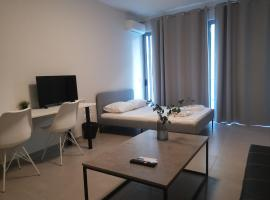 Comfy Studio with private patio_Aigaleo, hotel in Athens
