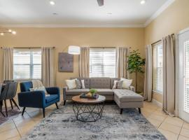 Modern DT Home - King Bed - Patios - Long Stays - WiFi, holiday home in Orlando