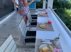 Villa Del Mar 5 or 4 bedroom suites, hotel in Great Carrot Bay