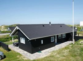 Three-Bedroom Holiday home in Blokhus 13, overnatningssted i Blokhus