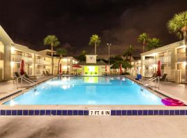 Charming Studio unit in Hotel with Pool, hotel in Kissimmee
