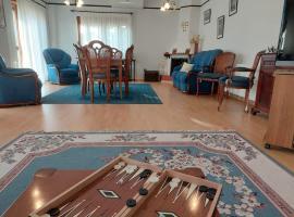 4 bd villa by Golden Bay Beach in Pyla, cabaña o casa de campo en Pyla