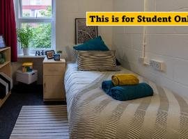 Charming Rooms for STUDENTS Only, LONDON - SK, hotel in London