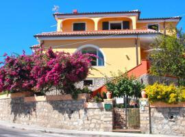 Villa le Bougainvillea, guest house in La Maddalena
