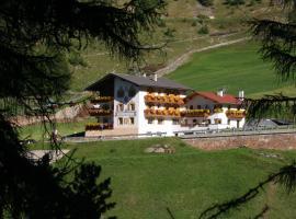Hotel Alpenfriede, hotel in Curon Venosta