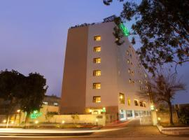 Lemon Tree Hotel Chandigarh, hotel with pools in Chandīgarh