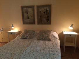 Gil's Guest Rooms, guest house in Neve Zohar
