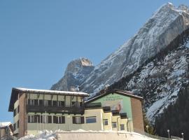 Santa Maria ad Nives, hotel in Canazei