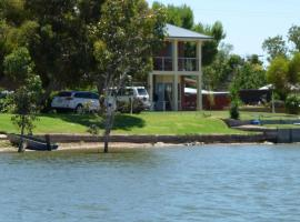 Lake Boga Waterfront Holiday House, hotel in Swan Hill