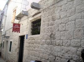 Dobra Apartments, hotel in Trogir