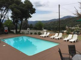 Mountain Trail Lodge and Vacation Rentals, lodge in Oakhurst