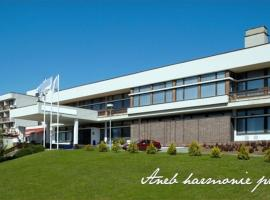 Hotel Harmonie, отель в Лугачовице