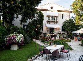 Hotel Club I Pini - Residenza D'Epoca, hotel in Lido di Camaiore