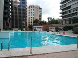 Apartamento Calle Mauricio Legendre, hotel cerca de Estación de Chamartín, Madrid