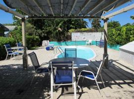Eldemire's Tropical Island Inn, hotel in George Town