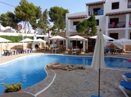 Apartamentos Los Pinares Benet, hotel blizu znamenitosti Nikki Beach Ibiza, Santa Eularia des Riu
