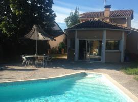 Villa Toulouse with Swimming Pool, maison de vacances à Toulouse