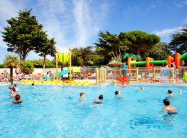 Camping Les Peupliers, glamping site in La Flotte