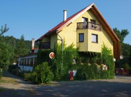 Hotel Kormoran, hotel in Zlenice