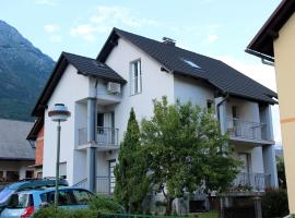 Apartments Hiša Brdo 48, hotel blizu znamenitosti Kanin-Sella Nevea Ski Resort, Bovec