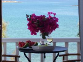 Roussos Beach Hotel, guest house in Naousa