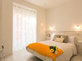 Hostal Met Madrid, hotel a prop de Mercado San Miguel, a Madrid
