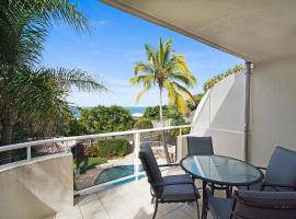 Tropical & modern with rooftop terrace, hotel in Sunshine Beach
