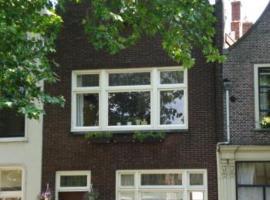 Canalhouse Aan de Gouwe, apartment in Gouda