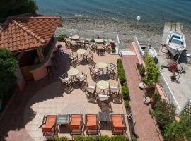 Porto Xronia, hotel in Khronia