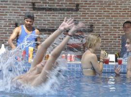 Pool Party Hostel, hotel in Siem Reap