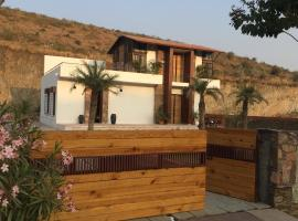 Hills and Dales, hotel with jacuzzis in Udaipur