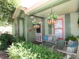 Agape Front Cottage, vacation rental in Fredericksburg