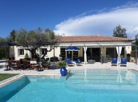 Villa avec piscine chauffée, hotel in Le Castellet
