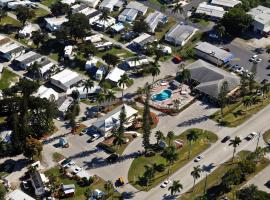 Fort Myers Beach Resort One-Bedroom Park Model 1, tiny house in Harlem Heights