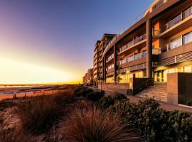 Oaks Glenelg Plaza Pier Suites, apartment in Adelaide