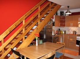 Sunny Two-story Apartment Kyje, hotel poblíž významného místa Černý most stanice metra, Praha
