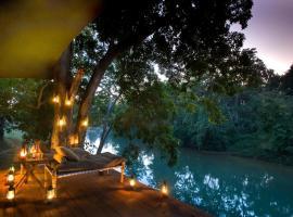 Banjaar Tola Kanha National Park - A Taj Safari Lodge, hotel con piscina en Kānha
