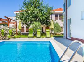 Villa Apartments Futura, hotel with pools in Vantačići